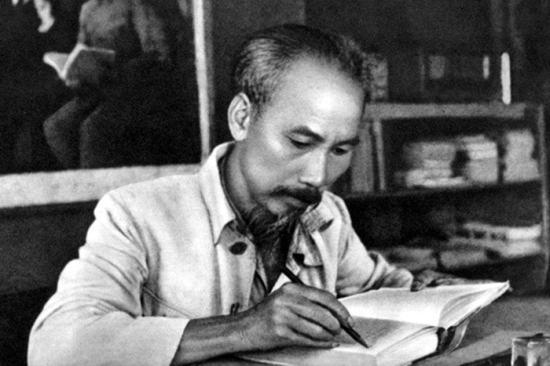 Thu Dạ – Bài Thơ Đường Luật Đặc Sắc Của Hồ Chí Minh